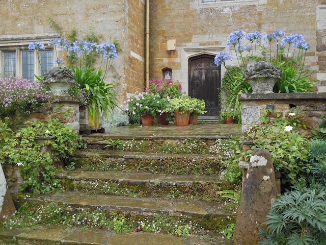 schody kamienne w ogrodzie