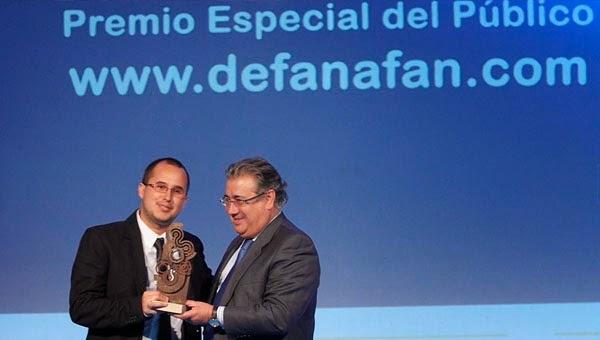 Juan Ignacio Zoido entrega el premio del público a De Fan a Fan en los Premios Webs ABC de Sevilla