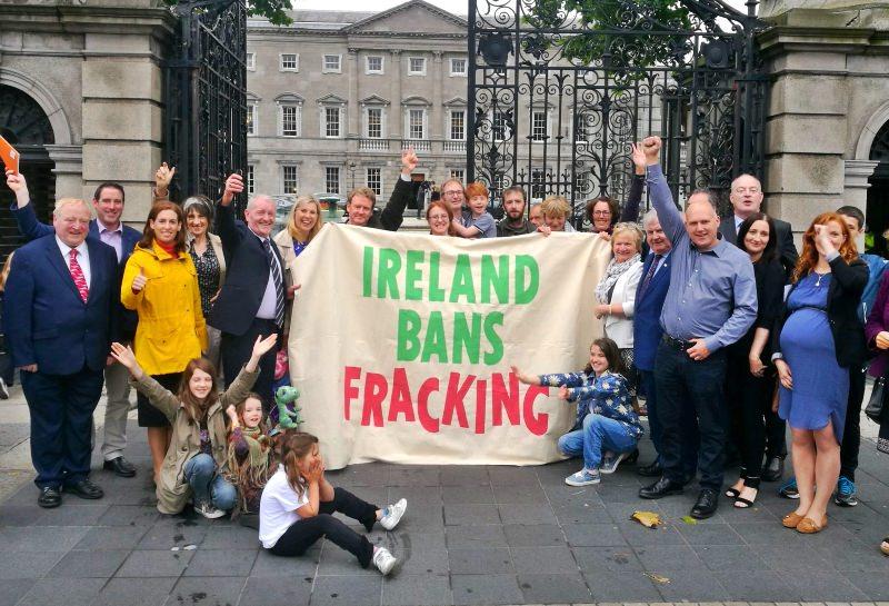 Irlandeses seguram banner, na qual se lê: Irlanda proíbe fracking