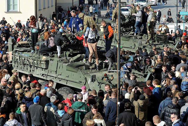 A chegada das colunas americanas foi uma festa para a população polonesa. Foto em  Bialystok