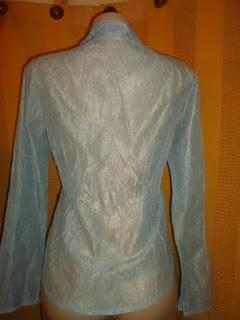 blusa transparente azul bebê em poliéster  manga longa  com botões na frente  e colarinho