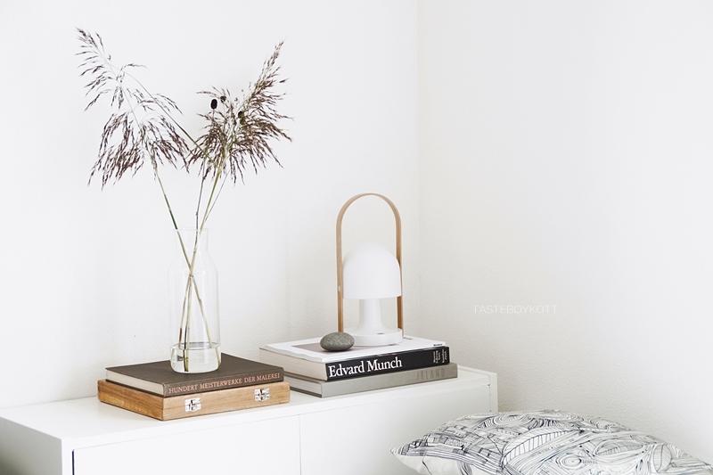 Moderne Herbstdeko mit Naturmaterialien, Büchern, Textilien und Accessoires in Braun, Weiß, Schwarz