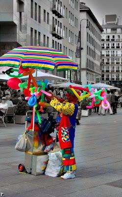 Payaso en la calle haciendo globos