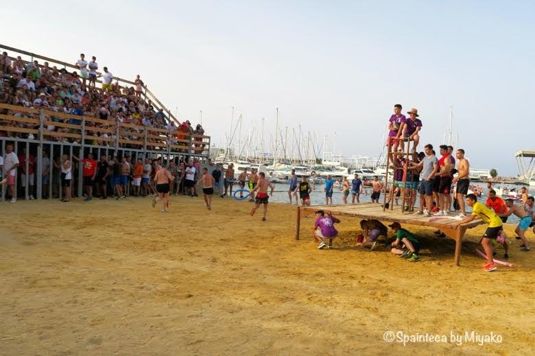 スペインの海の牛追い祭りの会場内部