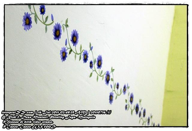 Gambar tampalan bercorak bunga ditampal di dinding bilik tidur utama Desa Mentari.