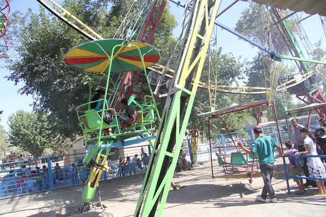 Ouzbékistan, Boukhara, Parc Samanides, manège, grande roue, © L. Gigout, 2012