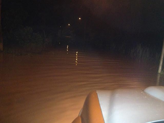 Mobil ranger Lazismu Jember bersiap menerjang jalan yang tergenang banjir di Semboro