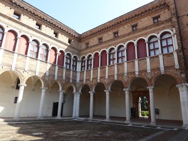 il cortile interno di Palazzo Costabili