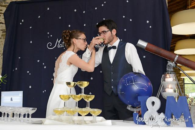 photo les mariés boivent le champagne