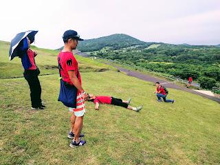 山頂の芝生で自由に行動するメンバー