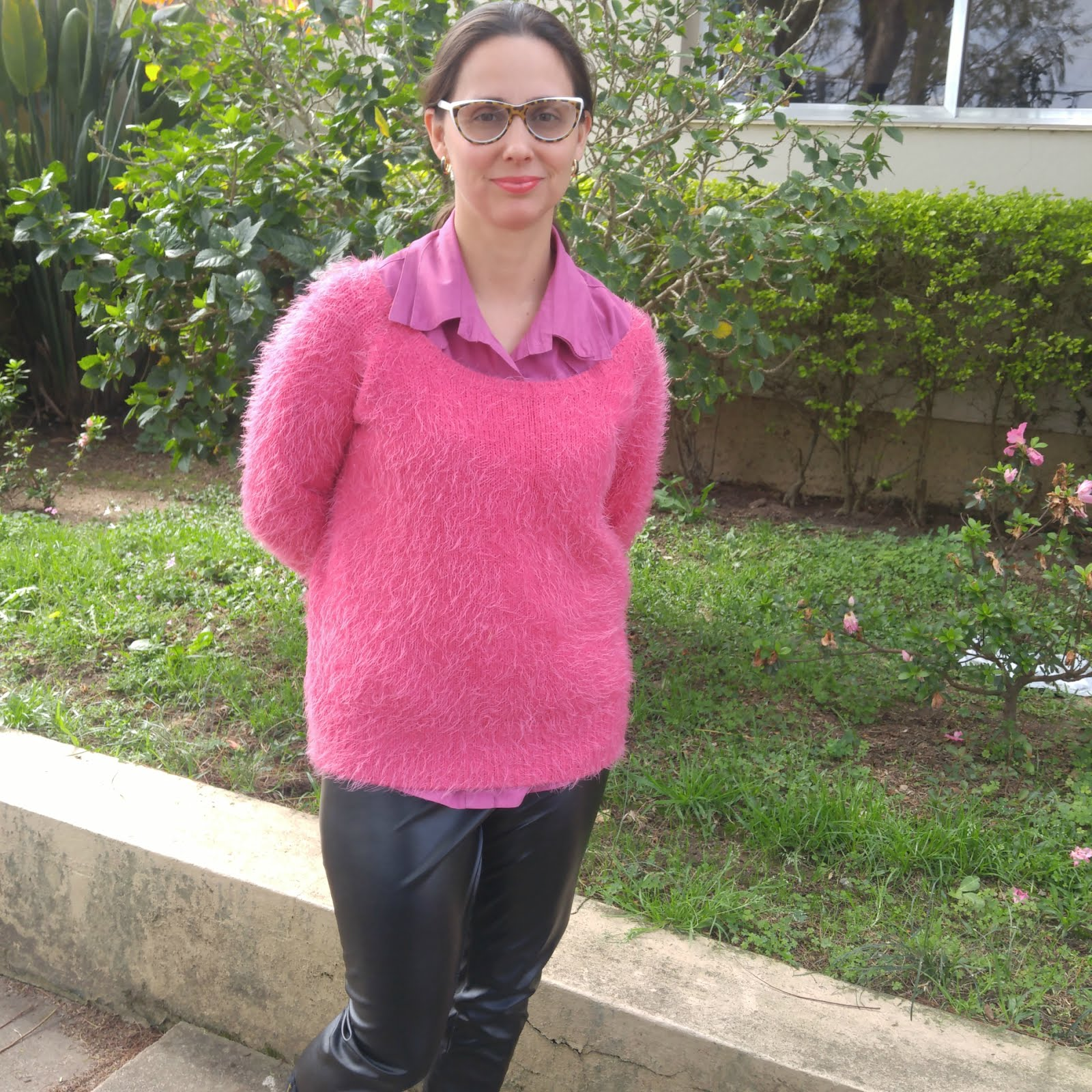 62fa60372 Suéter rosa e calça de couro - Blog Femina - Modéstia e Elegância