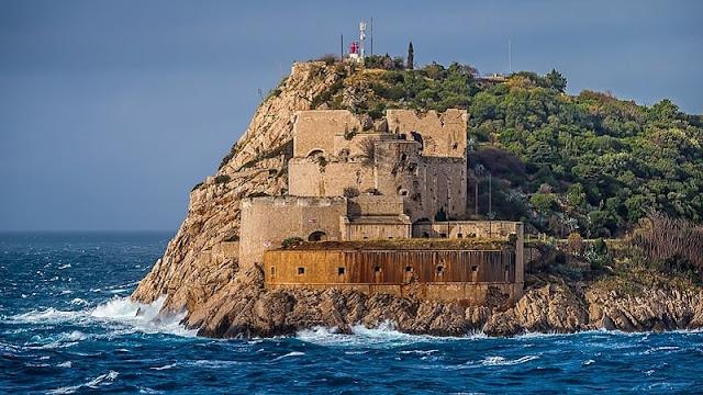 Kastil di atas tebing yang menjorok di Kotor yang begitu fantastis