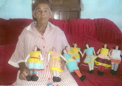 Dona Salvina e suas bonecas de pano