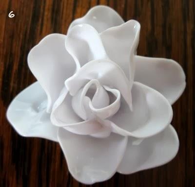 rosa hecha con cucharas de plástico
