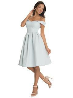 Vestido de fiesta corto, con hombros descubiertos y falda con pliegues gruesos