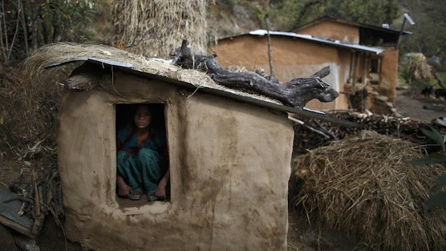 """Una joven muere en Nepal durante su encierro en """"la cabaña de la menstruación"""""""