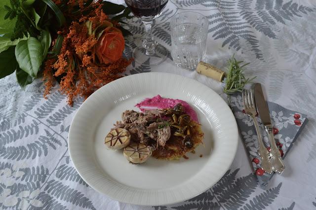 karitsaconfit, punajuurimousse, suppilovahverohilloke, röstiperuna