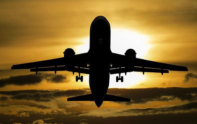 Tips mudik dengan pesawat - Pesawat adalah salah satu trasportasi udara yang sering digunakan untuk berpergian dengan jarak panjang. Jadi pesawat bisa menjadi salah satu kendaraan mudik yang sangat aman dan cepat, terbukti pesawat adalah kendaraan yang kecil kemungkinan kecelakaan.    Bantak sekali rekomendasi tips mudik dengan pesawat terbang terutama yang ada di artikel ini. Buat teman teman yang akan mudik menggunakan pesawat sangatlah saya rekomendasikan dengan membaca artikel ini agar lebih bermanfaat dan menambah wawasan teman teman tentang dunia penerbangan.    Nah tips mudik lebaran dengan pesawat dengan adanya artikel ini saya akan membahas lebih ringkas dan jelas tentang tips penerbangan, buatteman teman yang akan berterbangan bisa simak lebih jelas lagi baca artikel di bawah ini    Tips Mudik Dengan Pesawat Aman Dan Nyaman Yang Wajib Kamu Tahu Pesawat menjadi salah satu transportasi umum dengan harga yang mahal hal ini banyak sekali kalangan bawah yang tidak menggunakan pesawat walaupun cepat tapi harga yang harus di bayar mahal sekali. Nah inilah tips mudik dengan pesawat.    Datang 3 Jam Sebelum Boarding - tips mudik dengan pesawat Datanglah tepat waktu, lebih baik menunggu dari pada ditunggu atau telat. Resiko jika kamu tidak tayang di awal adalh nanti takutnya ada barang yang ketinggalan di rumah apalagi kalau ketinggalan pasport hal ini tidak bis untuk melanjutkan terbang, tapi tenang pasport buat ke luar negri ya.