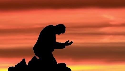 Hombre orando de rodillas