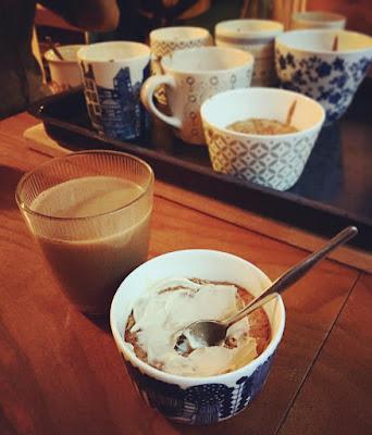 banaanimuffinsseja kuppikakkuja kahvikupeissa kinuskikuorrute lasissa kahvia