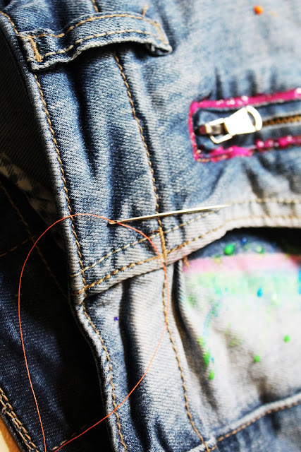 zmieniamy spodnie krok po kroku, designerskie spodnie, jak pomalowac spodnie farbkami, super kolorowe spodnie, modne jeansy