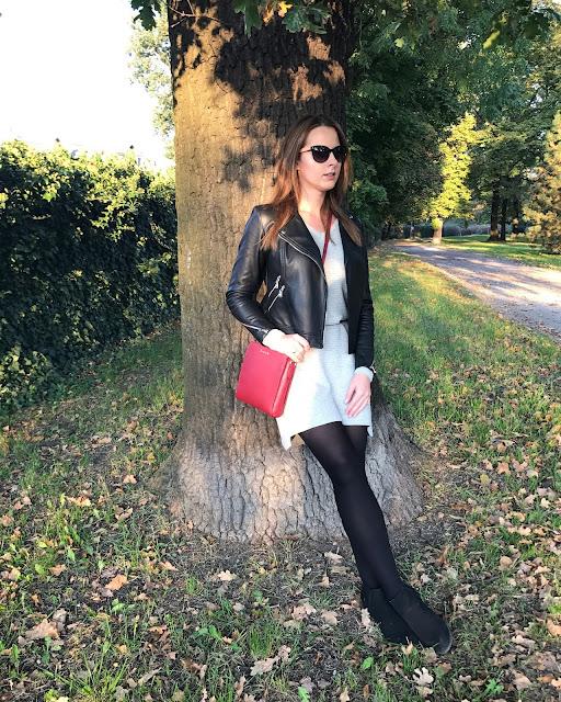 Jesienna stylizacja z szarą sukienką