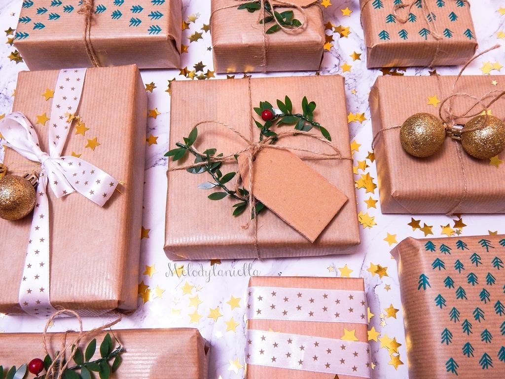 12 jak zapakować prezenty świąteczne w papier pakowy pomysły na pakowanie prezentów jak zapakować pudełko w papier jak ozdobić papier pakowy przy pakowaniu prezentów wstążki bombki złoto gałązki pakowy pap
