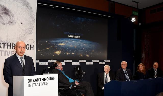 Tỷ phú Yuri Milner - người sáng lập chương trình Breakthrough Listen cùng nhà vật lý lý thuyết Stephen Hawking, nhà vũ trụ học và vật lý thiên văn Lord Martin Rees, Chủ tịch danh dự Viện nghiên cứu SETI Frank Drake, Giám đốc sáng tạo của chương trình Thông điệp Liên sao thuộc sứ mệnh tàu Voyager của NASA Ann Druyan, cùng Giáo sư thiên văn học tại Đại học California Geoff Marcy, tham gia buổi họp báo về chương trình vào ngày 20 tháng 7 năm 2015. Hình ảnh: Getty Images for Breakthrough Initiatives.