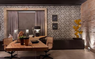 escritório rústico moderno com mesa imponente em madeira