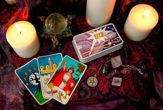Imagen de un altar con velas y tarot