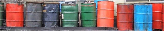 並べられた使い古しのドラム缶