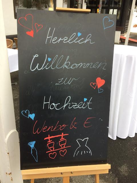 Willkommen zur Hochzeit, Eisblau und Leuchtrot, Winterhochzeit in den Bergen von Bayern, Riessersee Hochzeitshotel Garmisch-Partenkirchen, Winter wedding in Bavaria, Germany