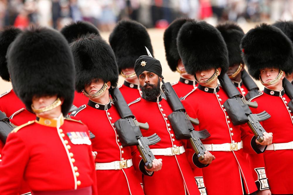 Да, британские гвардейцы уже не те!