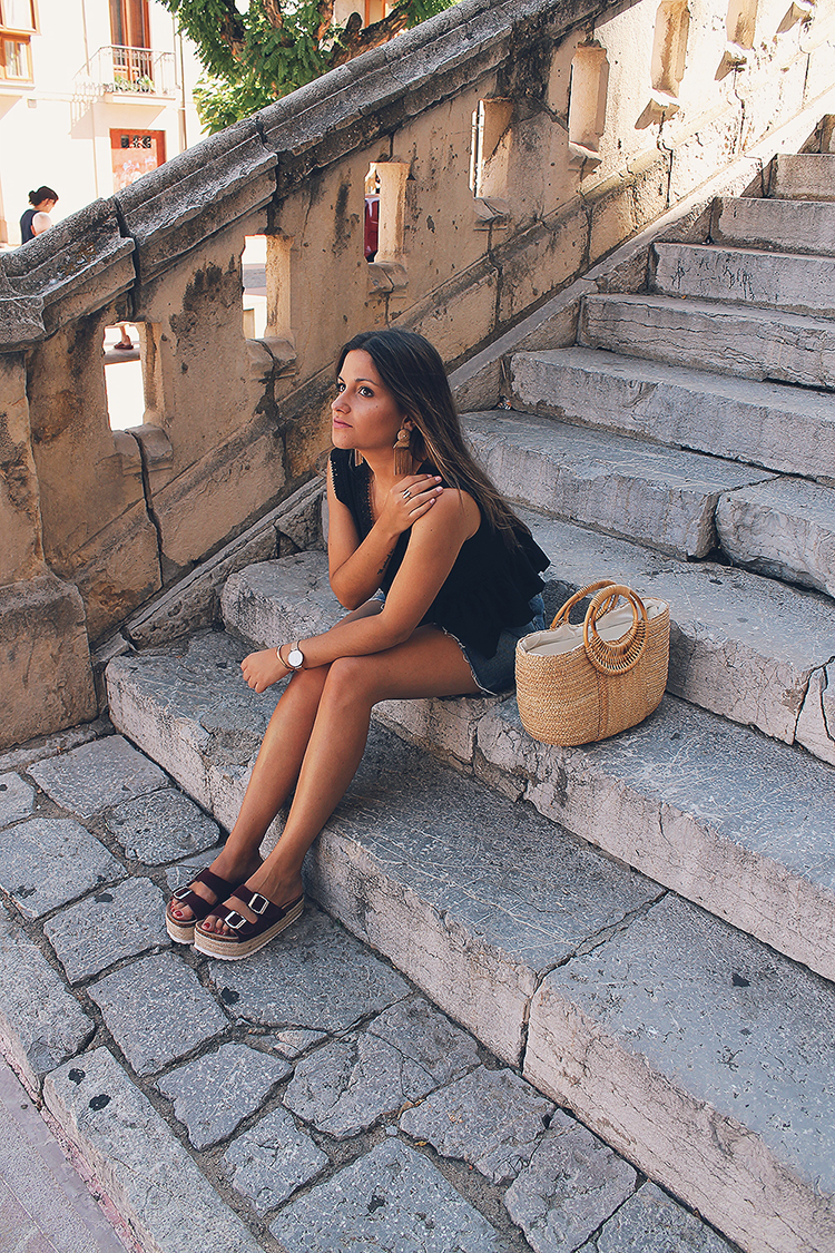 look de verano con bolso esparto y sandalias de plataforma