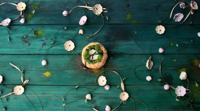 matrimonio green a tema botanico organico: decorazioni per le sedie, fiori di carta