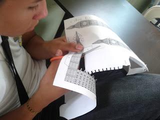 niño recortando molde de papel torre del big ben londres