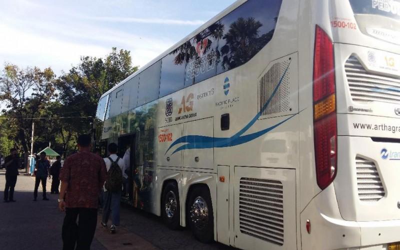 Bus Wisata tempat diskusi Sumarsono dan OSIS DKI Jakarta