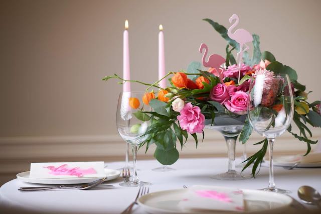 Fuksja i róż na stołach weselnych.