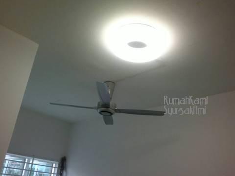 Lampu Bilik Bawah Yang Akan Dijadikan Solat Dah Macam Ufo Tu Boleh Nampak Kat Ni Kayu Langsir Belum Dipasang