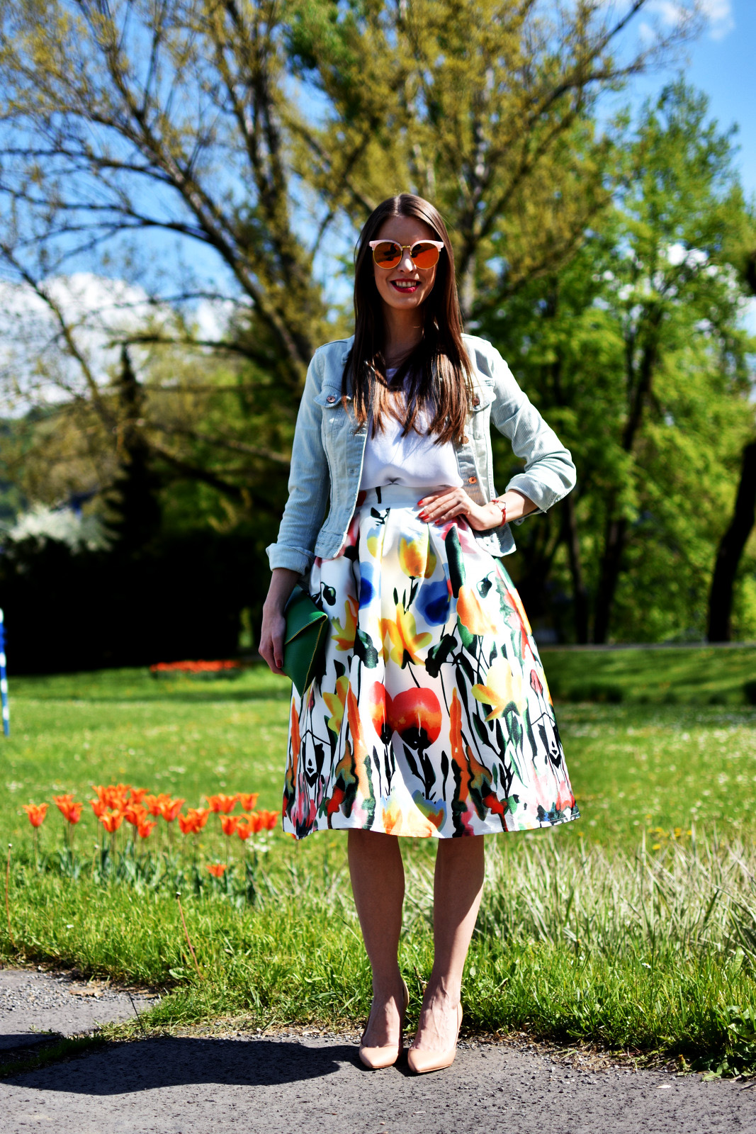 http://www.mademoiselleiva.com/2016/05/floral-skirt-with-green-clutch.html