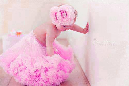 pembe elbiseli sevimli INNOSENT kız bebek