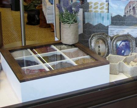 Caja de madera con tapa cristal y divisiones
