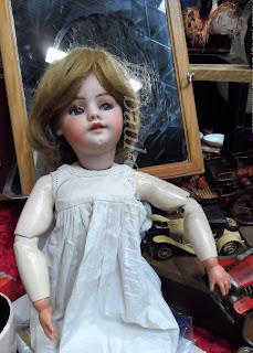 muñeca antigua en una feria de antiguedades