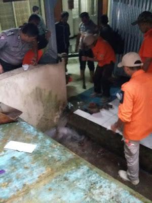 Foto Petugas BPBD Kota Tasikmalaya dibantu Polsek Tawang berupaya mengeluarkan air dari RSUD dr. Sukardjo Tasikmalaya. Foto : twitter Polresta Tasikmalaya