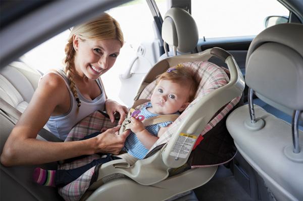 Mother buckling baby into car seat Τα 10 καλύτερα αυτοκίνητα για νέες μαμάδες topspeed.gr, zblog, μαμάδες, μητέρες, μωρά