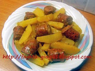 Λουκάνικο με πατάτες λεμονάτο - από «Τα φαγητά της γιαγιάς»