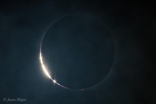 Mặt Trăng che đi bề mặt Mặt Trời và chỉ để lại một chiếc vòng lửa rất mảnh bao xung quanh, hình chụp từ thành phố Charleston, bang Nam Carolina. Hình ảnh: Jason Major.