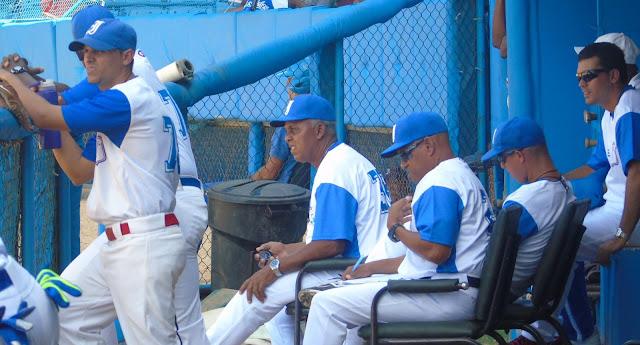 El azul de Industriales, del equipo de la capital de Cuba evoca tantas cosas, tanto deja, tanto esconde y entrega a la vez…