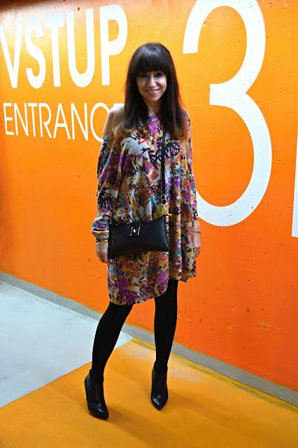 Čmáranice_Katharine-fashion is beautiful_Vzorované šaty_Čierne pančuchy_Katarína Jakubčová_Fashion blogger