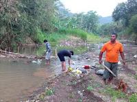 Melawan Kebiasaan.! Membersihkan Sungai Banjar Panggul Dari Sampah